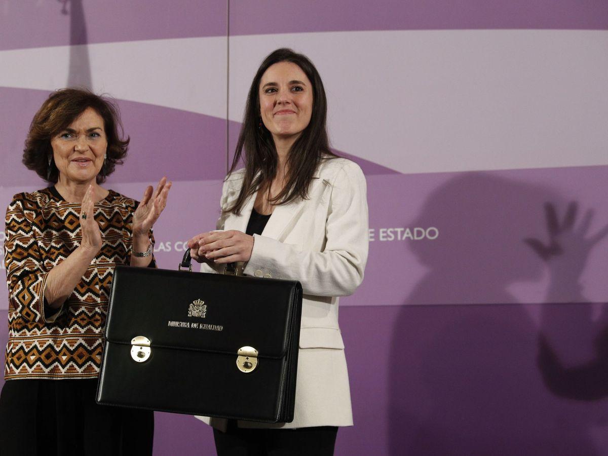 Foto: La ministra de Igualdad con Carmen Calvo en su toma de posesión. (EFE)