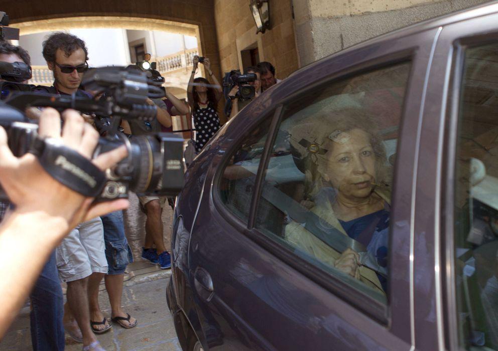 Foto: La expresidenta del Consell de Mallorca y del Parlament balear, Maria Antònia Munar, en un vehículo de la brigada de la Policía Judicial. (EFE)