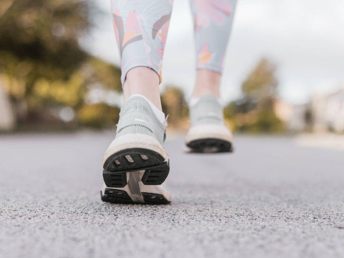 Foto: Caminar por la noche te ayudará a adelgazar más. ( Sincerely Media para Unsplash)