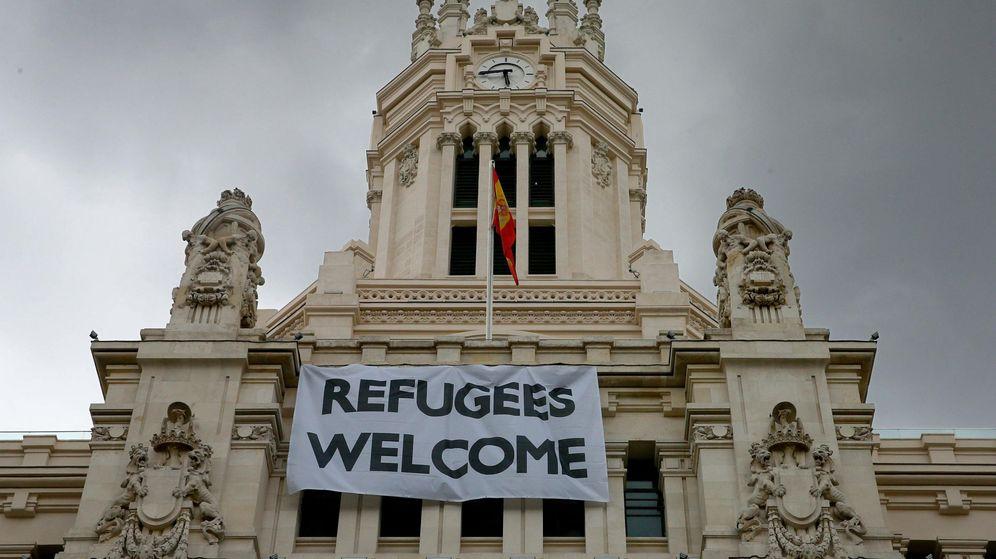 Foto: Pancarta para dar la bienvenida a los refugiados en la sede del Ayuntamiento de Madrid. (EFE)