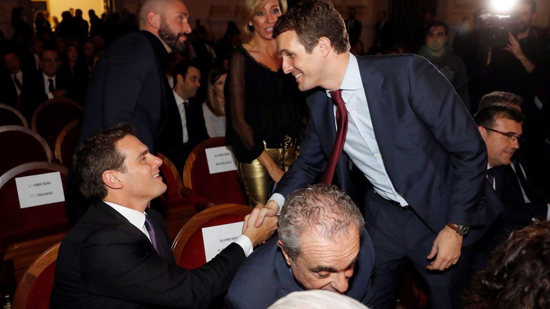 Albert Rivera y Pablo Casado se saludan  en una imagen de archivo. (EFE)