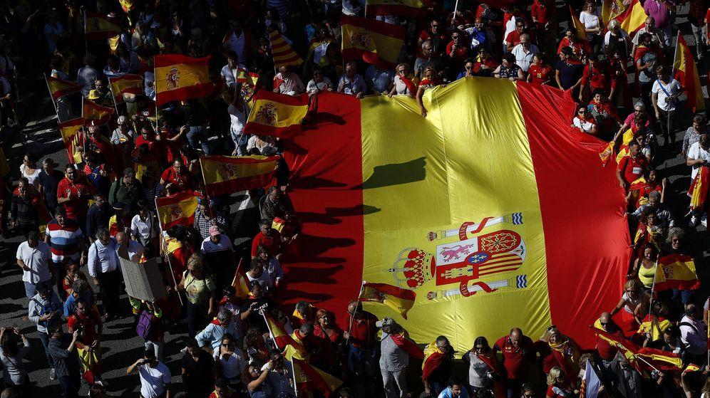 Foto: Miles de personas se manifiestan en Barcelona en defensa de la unidad de España. (EFE)