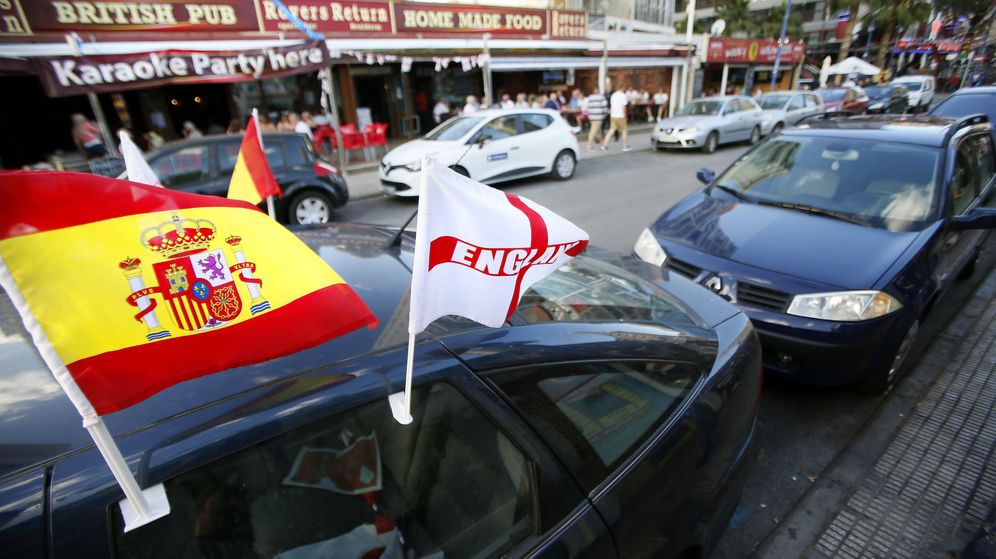 Foto: Un vehículo con banderas de España e Inglaterra en una de las zonas de ocio británicas de Benidorm. (EFE)