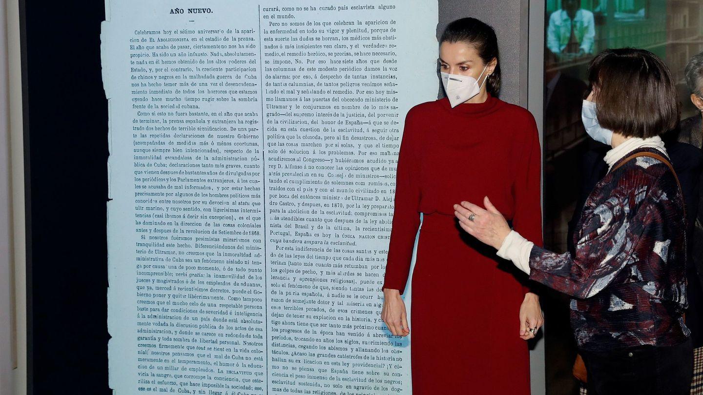 La Reina durante la exposición. (Efe)