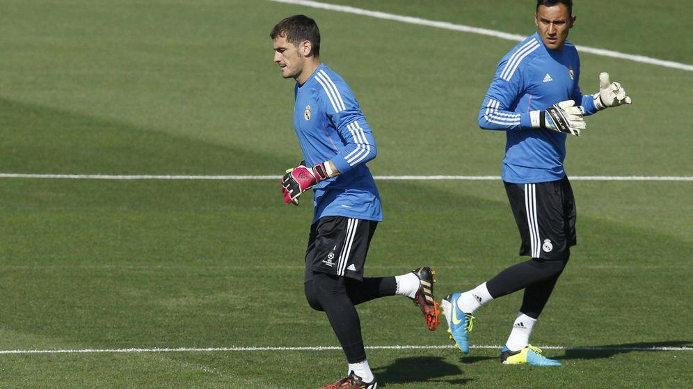 Foto: Los porteros del Real Madrid, Iker Casillas (i) y Keylor Navas (d), durante el entrenamiento del Real Madrid en Valdebebas, en 2014. (Foto: EFE)