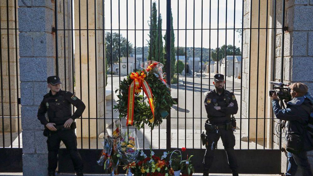 Foto: Varios agentes custodian la entrada al cementerio de Mingorrubio. (EFE)