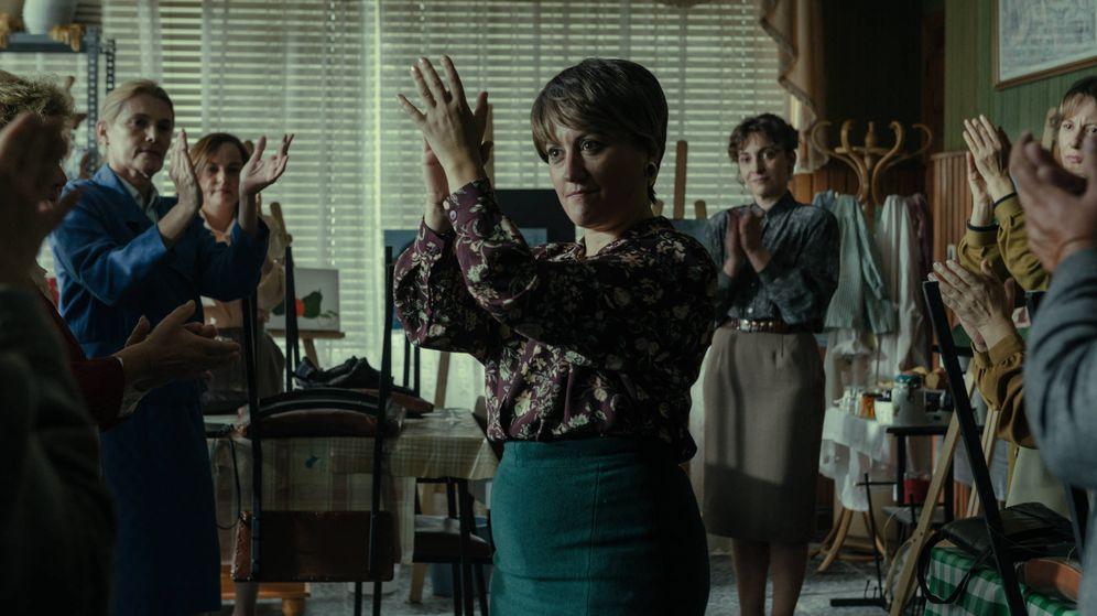 Foto: Secuencia del séptimo episodio de 'Fariña', con el personaje de Carmen Avendaño en el centro. (Antena 3)