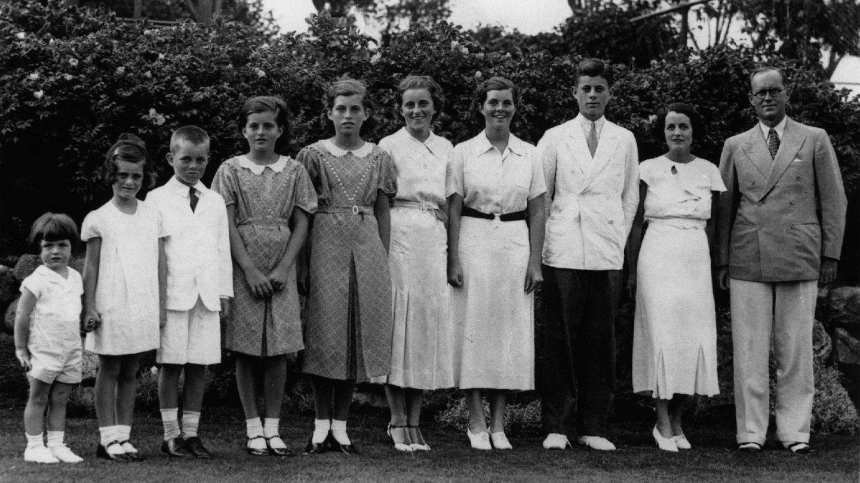 Joseph Patrick Kennedy, patriarca del clan, con su mujer Rose y ocho de sus nueve hijos: Edward, Jeanne, Robert, Patricia, Eunice, Kathleen, Rosemary y John F Kennedy. (Getty)