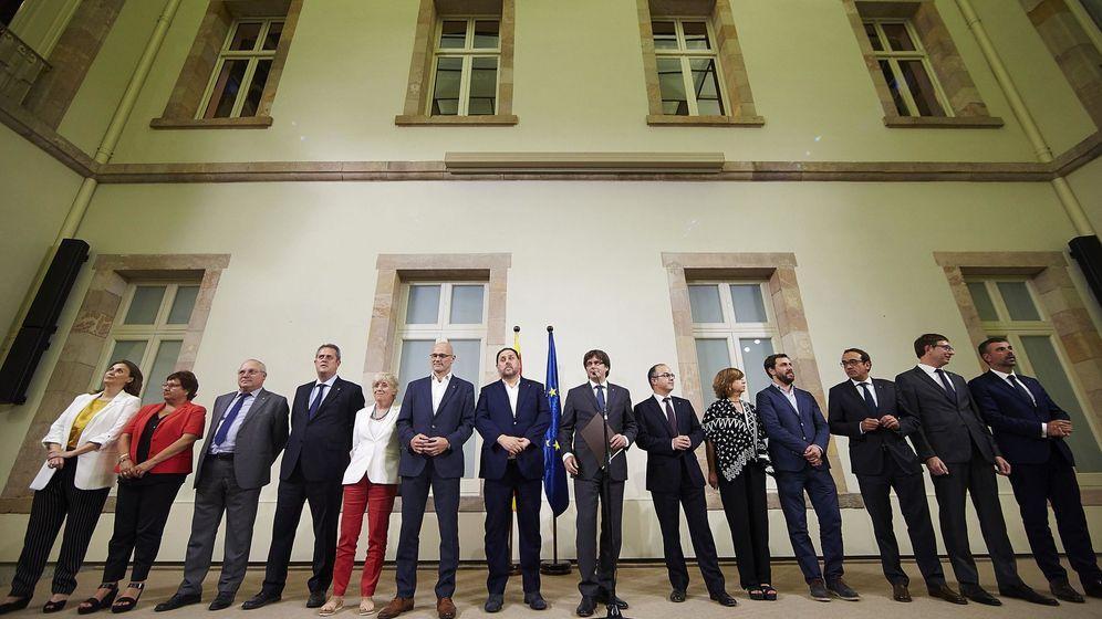Foto:  El presidente de la Generalitat, Carles Puigdemont (c), acompañado por los miembros de la Mesa durante la declaración institucional tras la firma de la convocatoria del referéndum. (EFE)