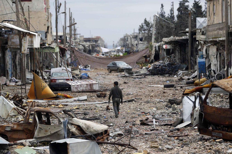 Foto: Un hombre camina en la ciudad de Kobani, en Siria, donde los kurdos resistieron una ofensiva del ISIS, en enero de 2015. (Reuters)
