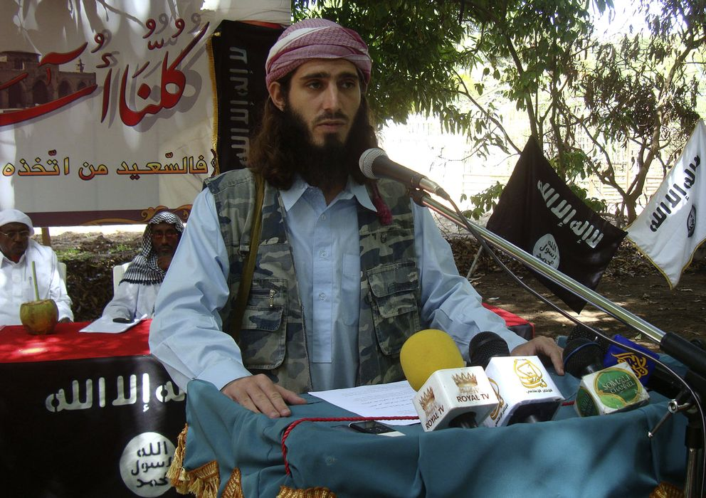Foto: El estadounidense  Abu Mansoor Al-Amriki habla a combatientes de Al-Shabaab cerca de la capital somalí (Reuters)
