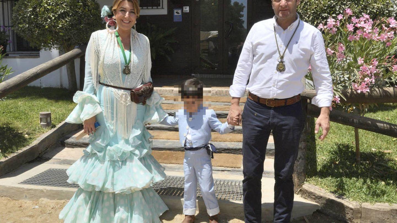 Susana Díaz, su marido, José María Moriche, y su hijo mayor. (Cordon Press)