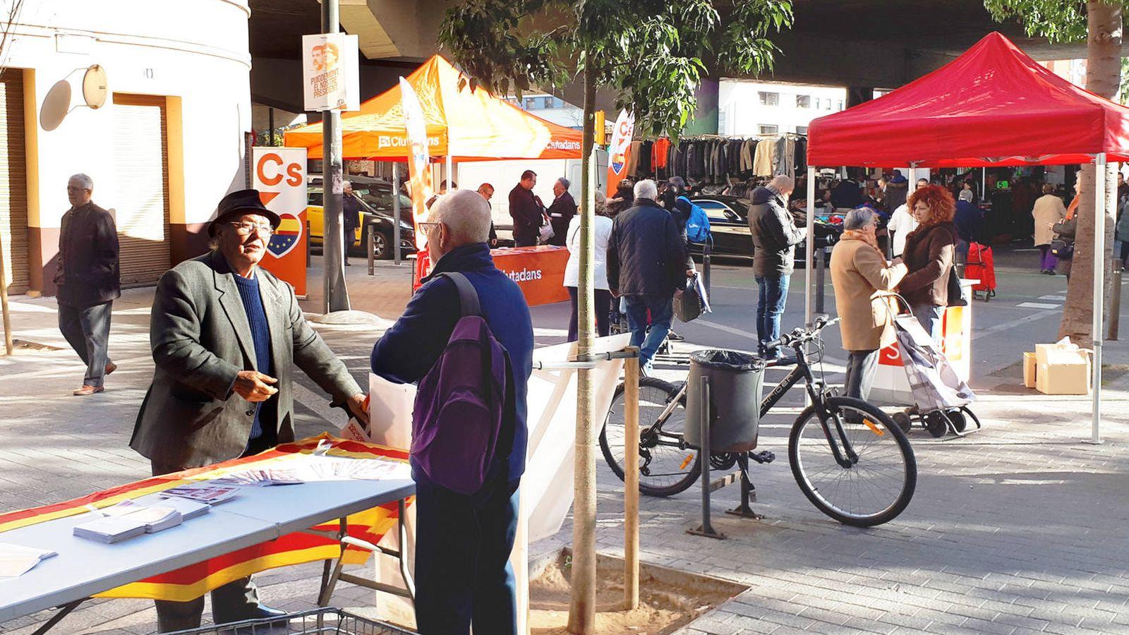Foto: Puestos de los comunes, PSC y Ciudadanos buscando el voto en Sant Adrià el último día de campaña. (R. M.)