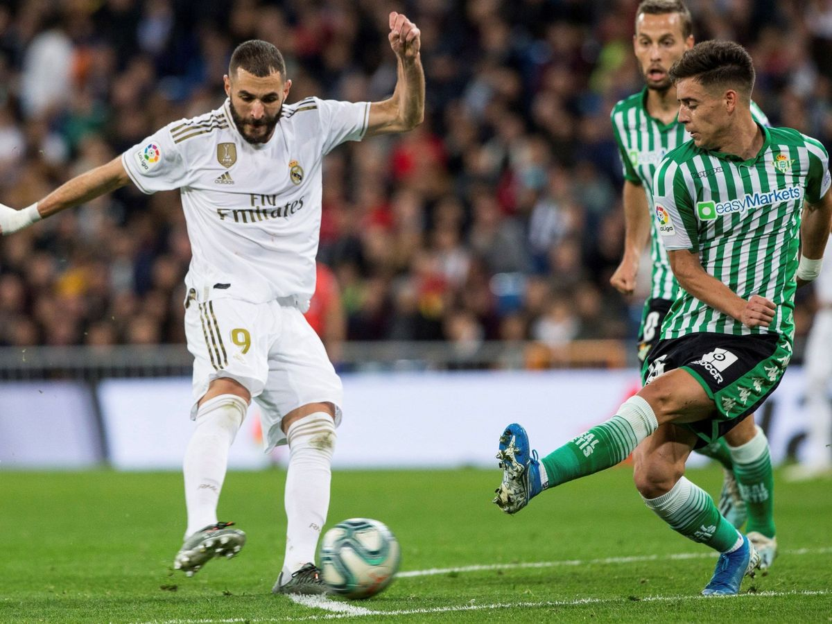 Foto: Benzema dispara a portería ante Álex Moreno. (EFE)