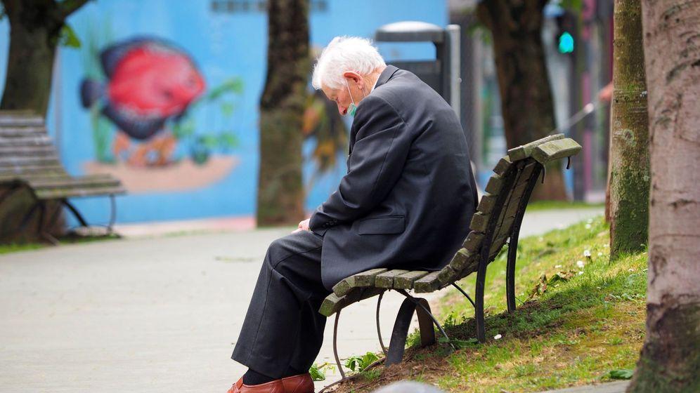 Foto: Un anciano descansa sentado en un banco de la avenida Fontiñas de Lugo. (EFE)