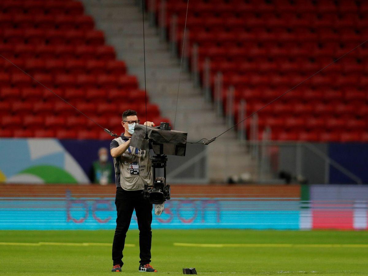 Foto: Cámara, en un estadio de fútbol. (EFE)