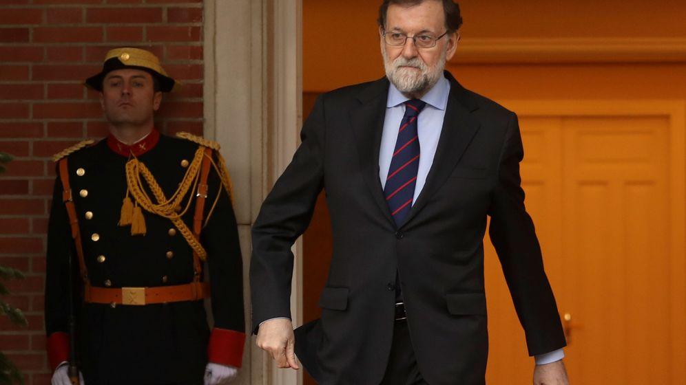Foto: Rajoy, a las puertas de La Moncloa. (Reuters)