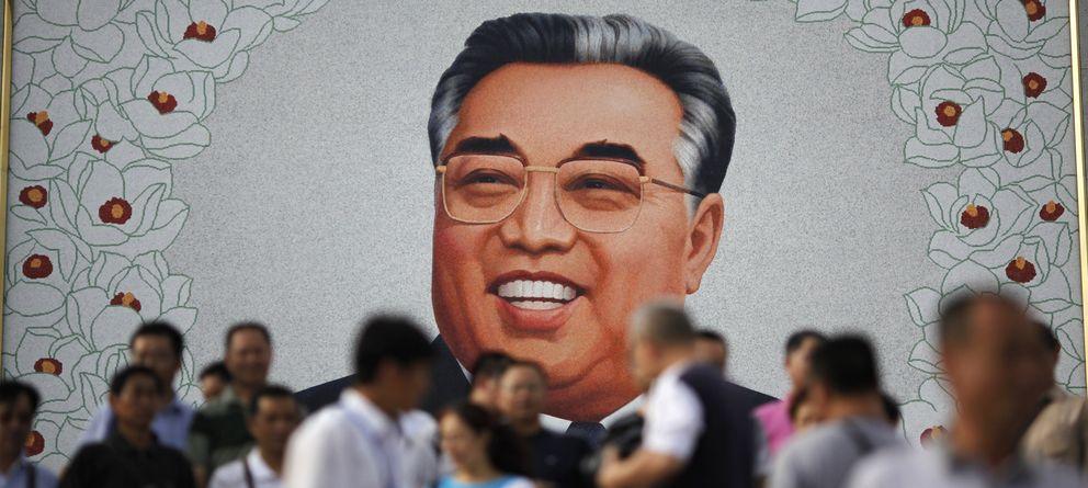 Foto: Turistas chinos rinden homenaje a un retrato de Kim Il-sung. (Reuters)