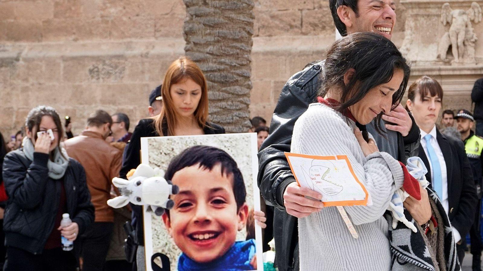 Foto: Los padres de Gabriel Cruz acompañan el féretro a la salida de la Catedral de Almería, el 13 de marzo. (EFE)