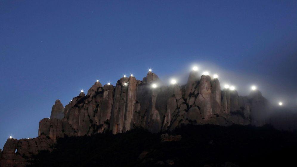 Foto: 131 agujas del macizo de Montserrat, en recuerdo de los 131 presidentes de la Generalitat de Cataluña, se iluminan durante el acto de conmemoración del 1-O. (EFE)