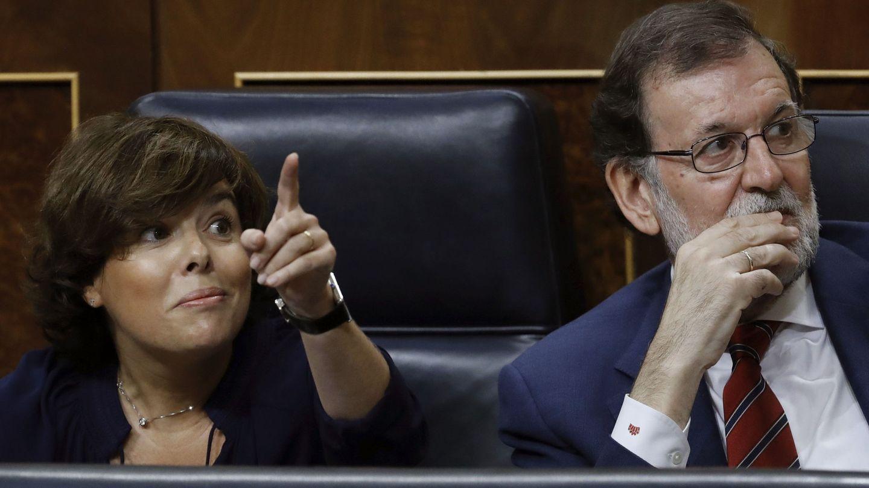 El presidente del Gobierno, Mariano Rajoy, junto a la vicepresidenta, Soraya Sáez de Santamaría. (Efe)