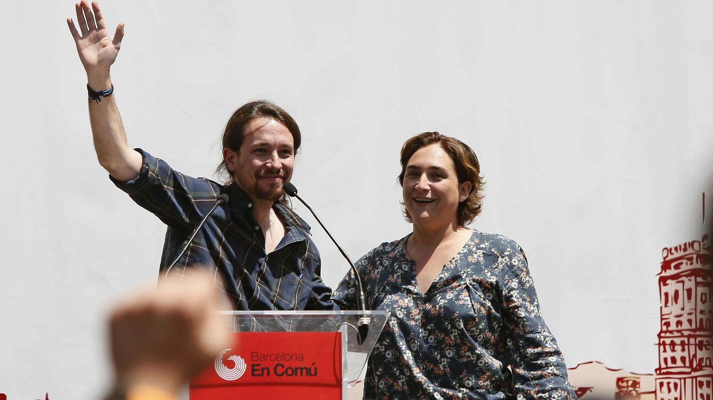 Pablo Iglesias con Ada Colau, en un mitin de Barcelona en Comú. (Efe)