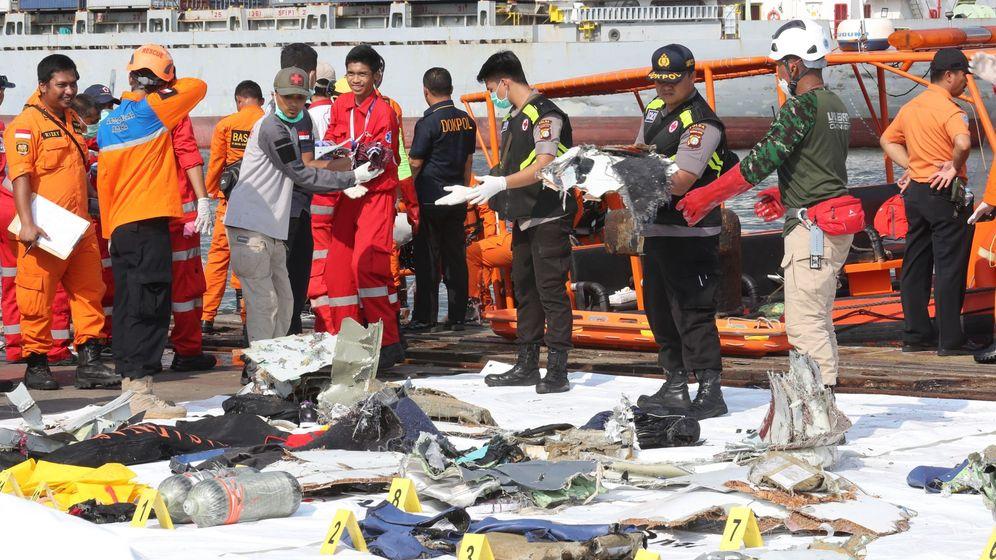 Foto: Miembros de los servicios de rescate trasladan los cuerpos de las víctimas del avión accidentado en Indonesia. (EFE)