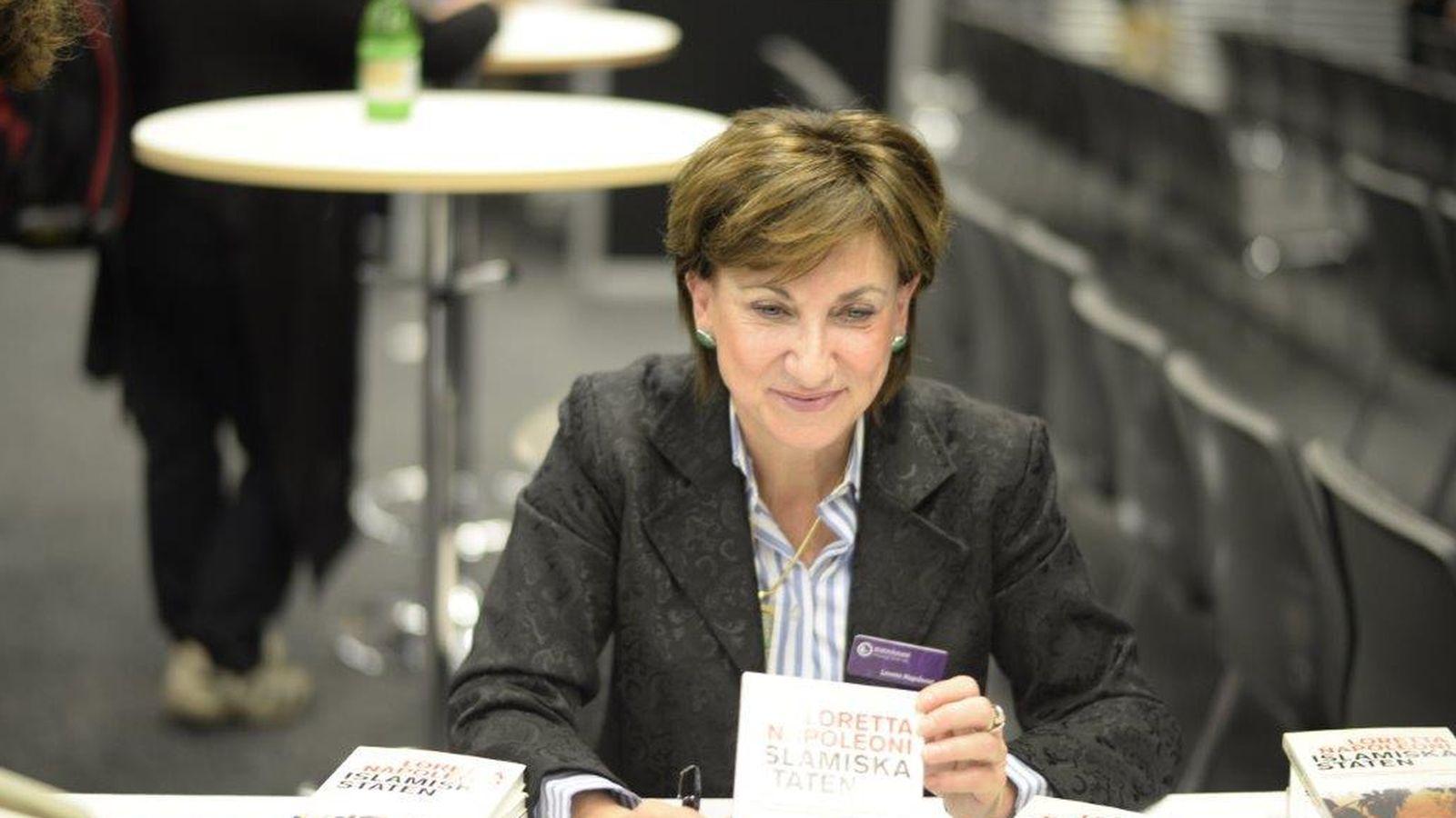 Foto: Loretta Napoleoni, firmando ejemplares de su último libro (Fuente: Web de la autora)