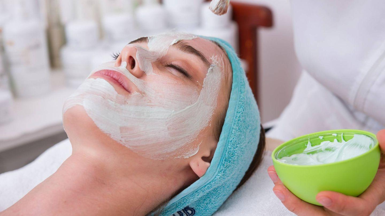 Las mascarillas faciales de barro permiten limpiar la piel en profundidad gracias a su poder para absorber las grasa. (Unsplash)