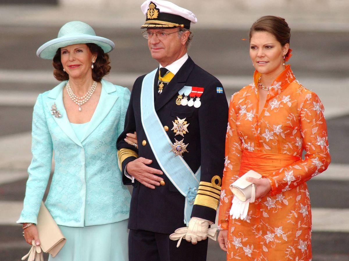Foto: Carlos Gustavo de Suecia, junto a la reina Silvia y la princesa Victoria. (Getty)