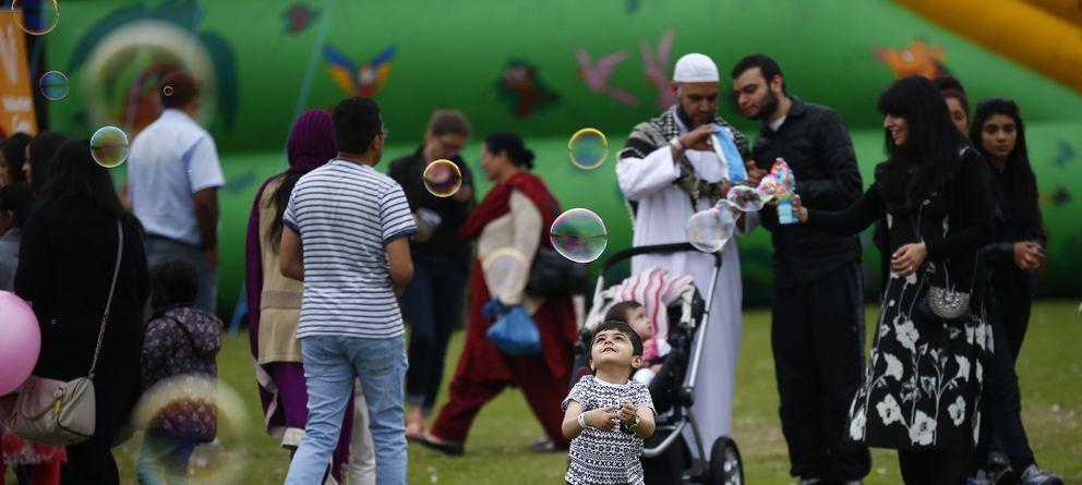 Foto: Un niño juega en Birmingham durante el Eid Mela, una fiesta de la diversidad cultural mulsumana, en agosto de 2013. (Reuters)
