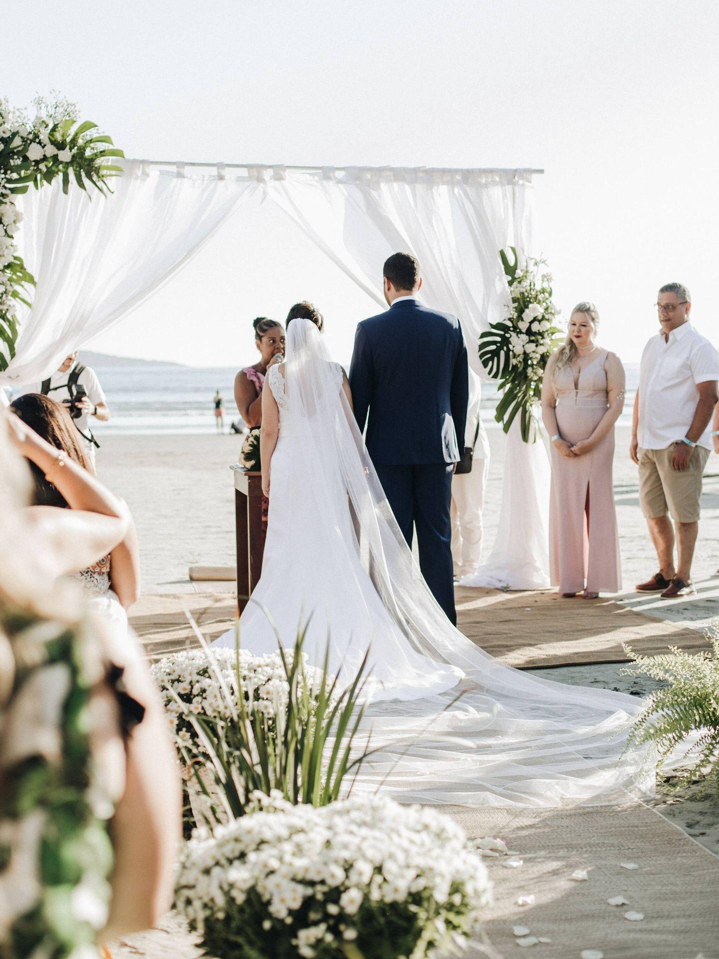 Cómo escoger el vestido de novia para una boda en la playa. (Getúlio Moraes para Unsplash)