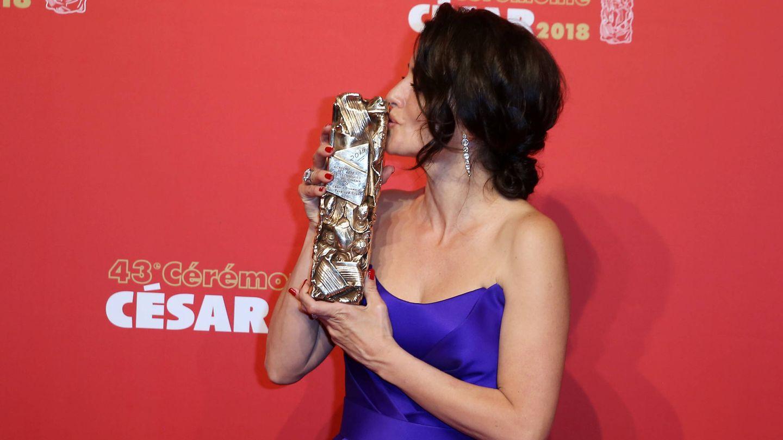 Penélope besa su premio en la sala de prensa. (Gtres)
