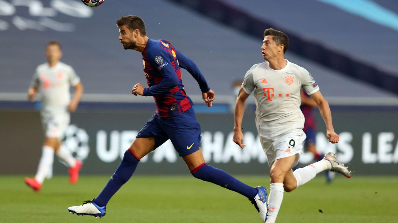 Gerard Piqué despeja un balón ante la llegada de Lewandowski. (Efe)