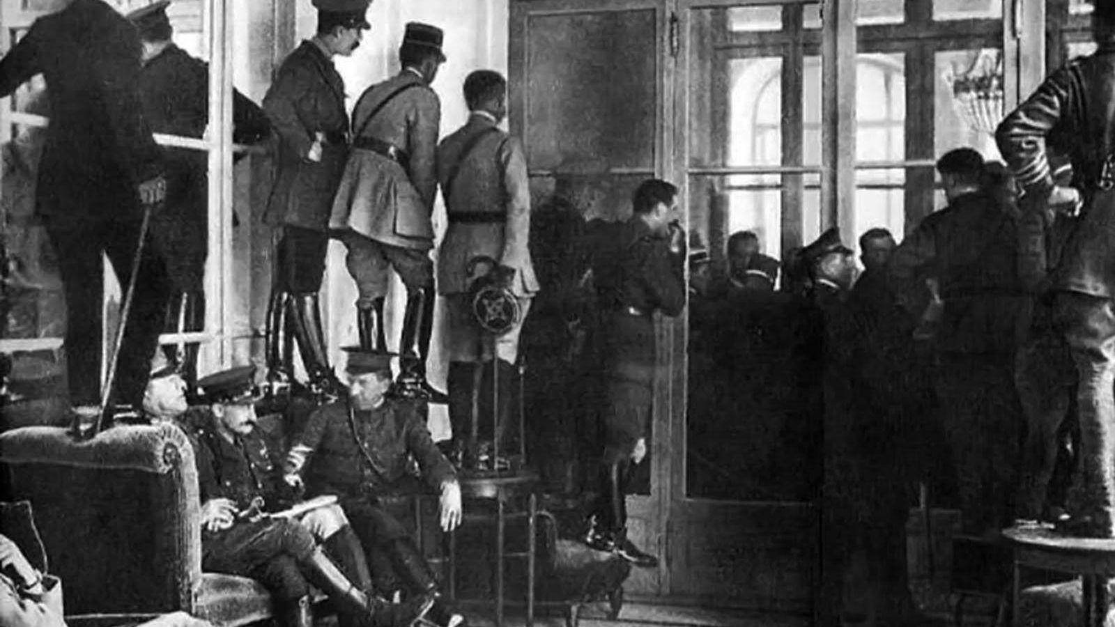Foto: Oficiales y políticos se suben a los muebles para observar la firma del Tratado de Versalles tras la Primera Guerra Mundial el 28 de junio de 1919.