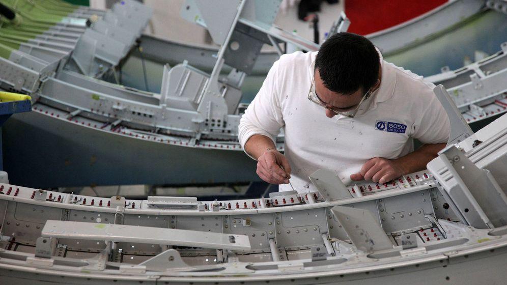 Foto: Un operario, en una de las plantas de Aernnova en Sevilla. (Fernando Ruso)