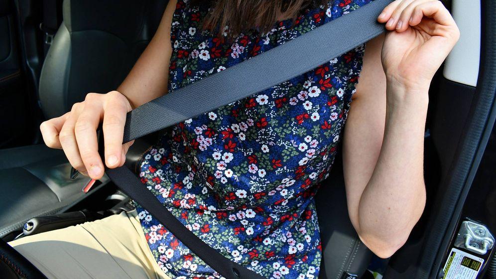 Foto: Una joven se coloca el cinturón de serguridad al montarse en su vehículo.