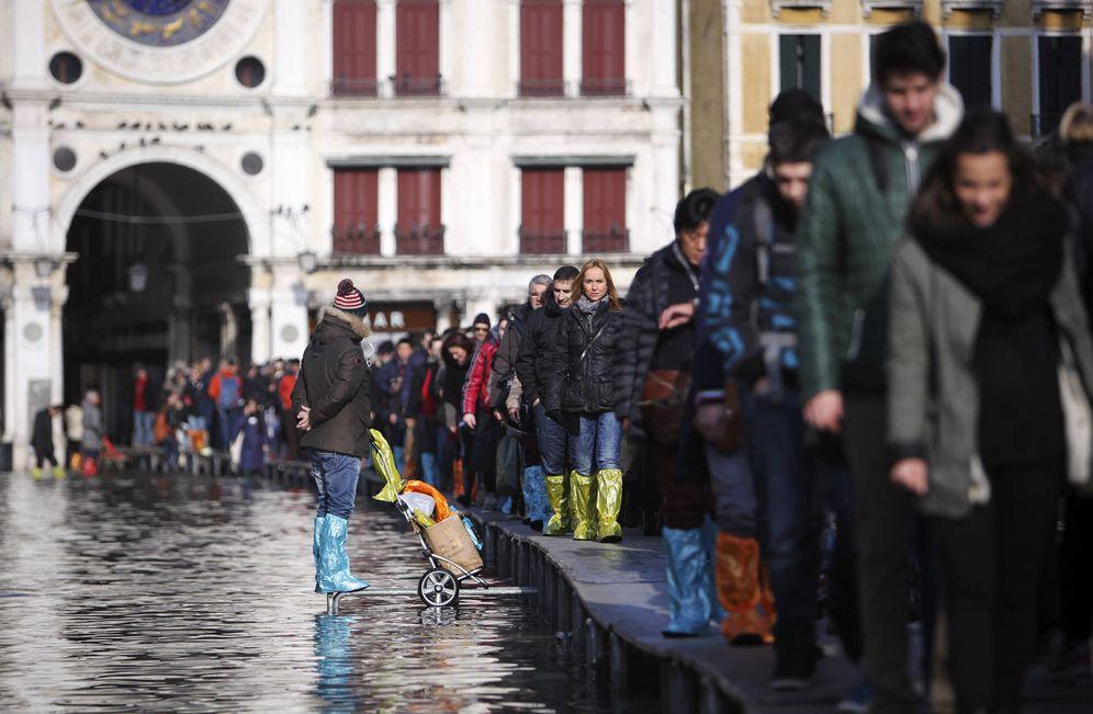 Foto: Turistas caminan en fila por plataformas en la plaza de San Marcos de Venecia. (Reuters)