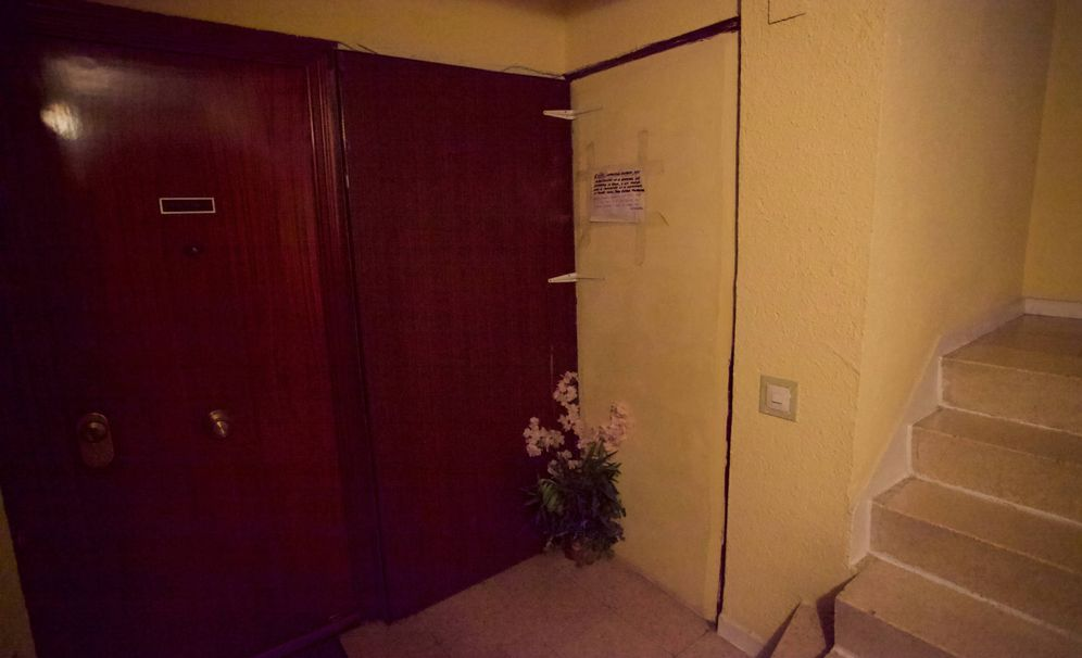 Foto: Una de las puertas tapiadas en un piso de Entrevías. (Enrique Villarino)