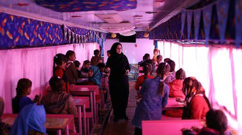 Una escuela ambulante en un autobús devuelve la esperanza a niños iraquíes