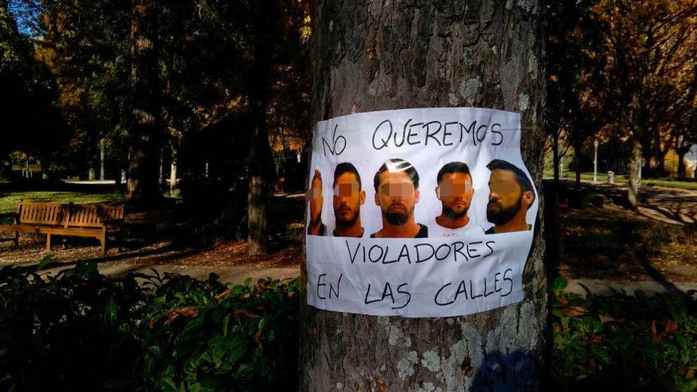 Foto: Cartel en Pamplona con los rostros de los cinco integrantes de 'La manada' junto al lema No queremos violadores en las calles. (EC)