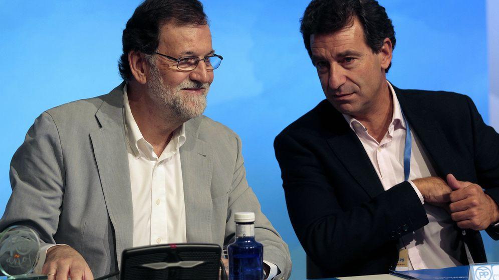 Foto: El presidente del Gobierno Mariano Rajoy (i), conversa con el presidente del PP balear, Biel Company (d). (EFE)