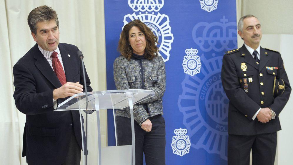 Foto: Daniel Rodríguez López (d) en su toma de posesión como jefe superior de Policía en Navarra. (EFE)