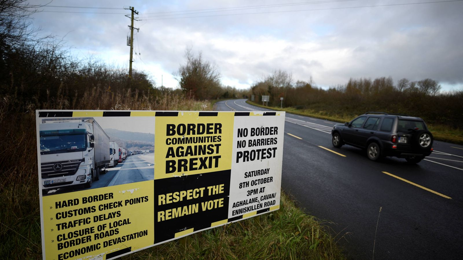 Foto: Señales del grupo Border Communities Against Brexit en la frontera en la frontera entre County Cavan, Irlanda, y County Fermanagh, en Irlanda del Norte. (Reuters)