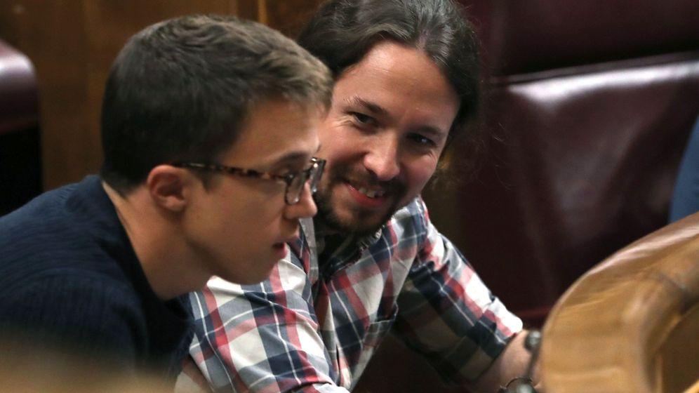 Foto: Los diputados de Unidos Podemos Íñigo Errejón (i) y Pablo Iglesias, durante el pleno del Congreso el pasado martes. (EFE)