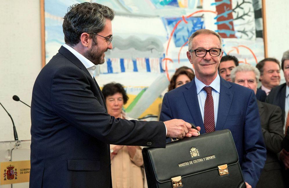 Foto: Màxim Huerta le entrega la cartera de ministro de cultura y Deporte a José Guirao. (EFE)