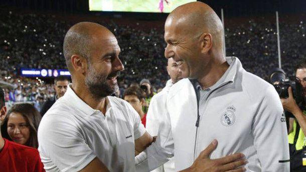 Foto: Pep Guardiola y Zinedine Zidane se saludan durante una pretemporada. (EFE)