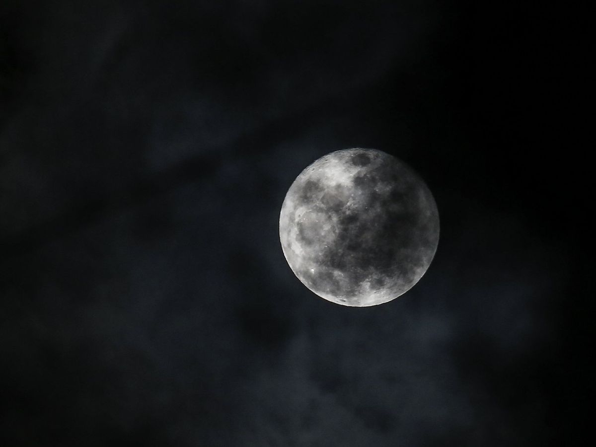 Foto: La NASA confirma la presencia de agua molecular en la superficie de la Luna (EFE)
