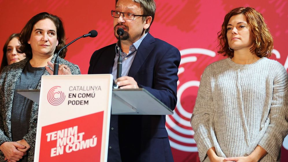 Foto: Xavier Domènech, acompañado de Elisenda Alamany y de la alcaldesa de Barcelona, Ada Colau, durante su comparecencia tras conocerse los resultados. (EFE)