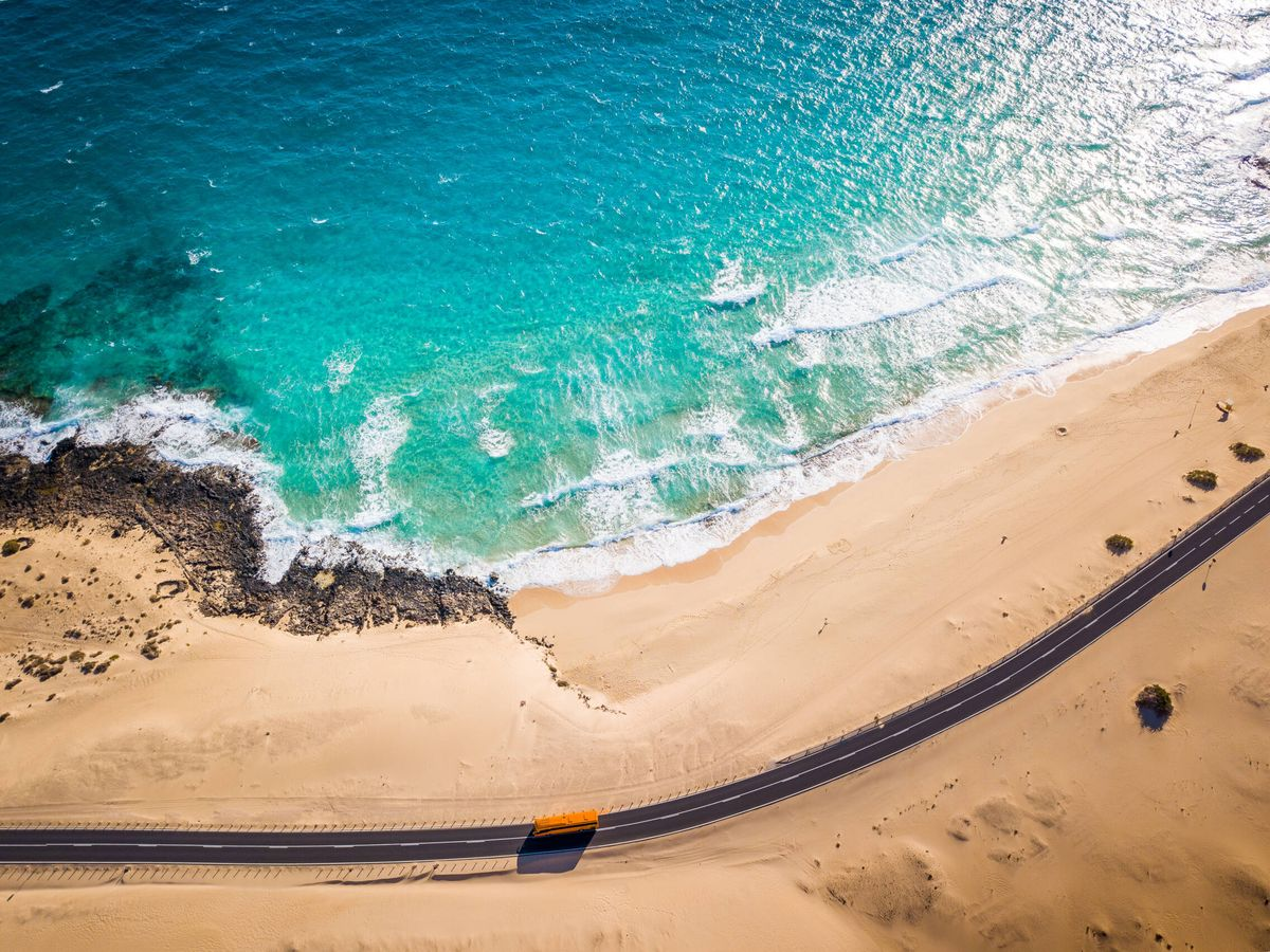 Foto: Un autobús pasando por la carretera de las dunas de Corralejo (Fuente: iStock)